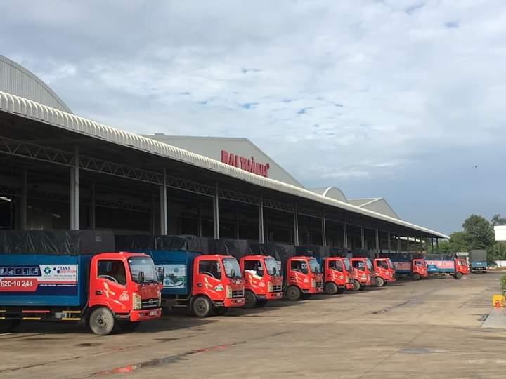 Xe nhà máy Đại Thành giao máy nước nóng năng lượng mặt trời tại Nha Trang.